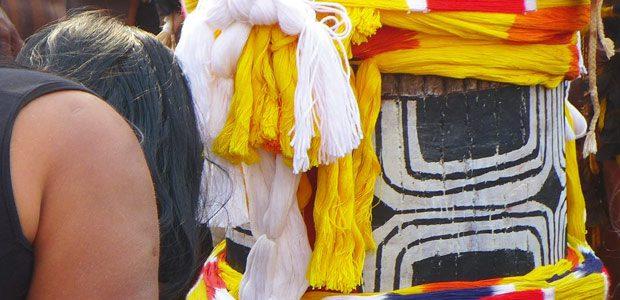 Iamony en pleurs devant le kuarup représentant son mari