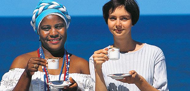 Dos à l'océan, Cécile déguste un cafezhino avec son amie Bahianaise