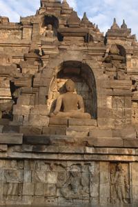 """Sur les quatre premières terrasses, les statues de Bouddha sont placées dans des """"niches""""."""