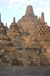 Les stupas de la terrasse supérieure du temple de Borobudur à Java