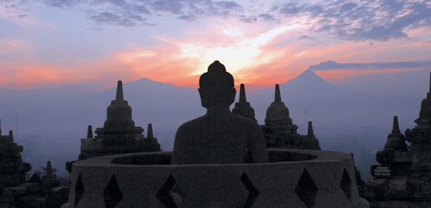 Le temple de Borobudur sur fond de soleil matinal