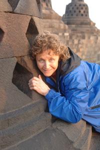 Mania Dequidt tente de toucher le petit Bouddha à l'intérieur de cette stupa, gage de bonheur
