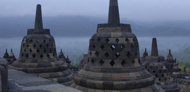 "Un stupa, sorte de ""cloche"" qui renferme une petite statue de Bouddha"