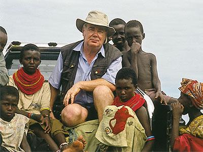 Paul Dequidt entouré des enfants El Molo au Kenya en 2002