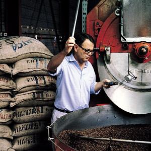 Paul Dequidt torréfie son précieux café Soleil Matinal