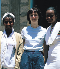Cécile et deux adolescentes
