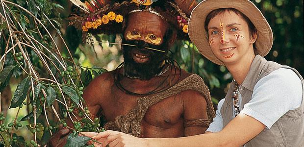 Cécile et papou Huli à la cueillette du café