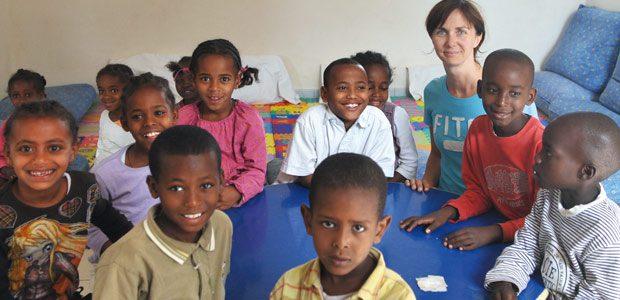 Cécile et les enfants dans la bibliothèque