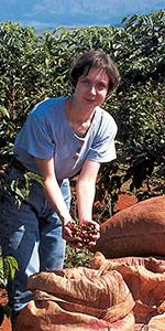 Cécile inspecte les cerises de café de Bahia