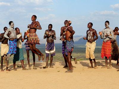Chez les guerriers Karo, danses en notre honneur