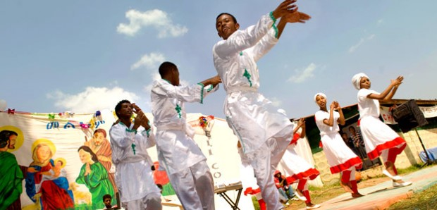 Les adolescents entament des danses