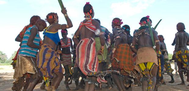 Les jeunes filles Hamer dansent durant des heures