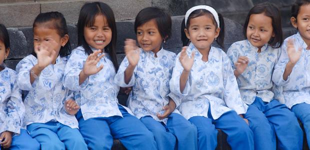 Des écolières rencontrées sur le site de Borobudur nous saluent