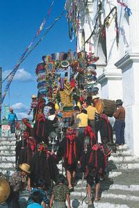 Les porteurs accèdent aux marches de l'église