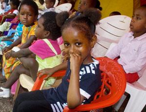 Les enfants attendent sagement le spectacle