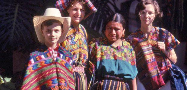 La famille Dequidt adopte les vêtements traditionnels locaux