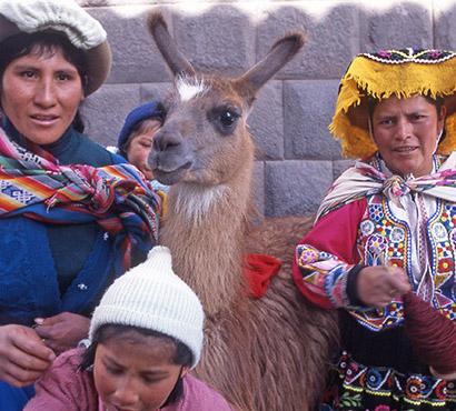 Famille péruvienne avec leur lama