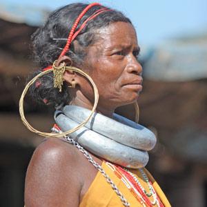 Femmes Bonda aux lourds colliers de fer