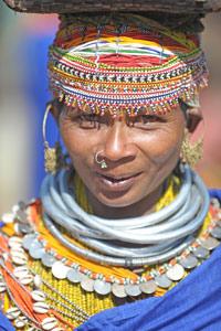 Femme Bonda aux lourds colliers de fer