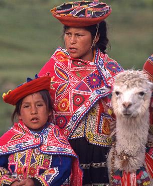 Femme, enfant et lama en costume traditionnel au Pérou