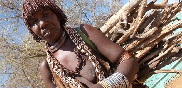Femme Hamer à la corvée de bois