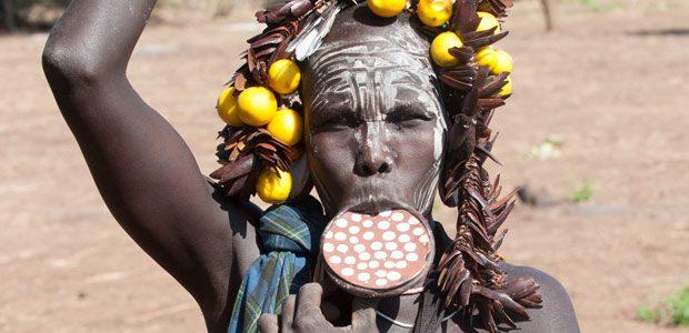 Femme à plateau Mursi dans le Far West éthiopien