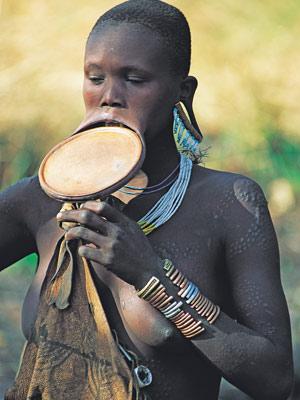 Femme à plateau Mursi - Vallée de l'Omo - Ethiopie