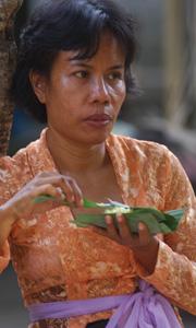 Nous partageons le riz cuit dans des feuilles de bananier