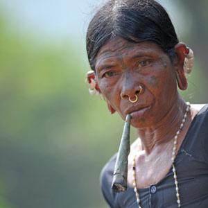 Femme Saora au cigare en Inde