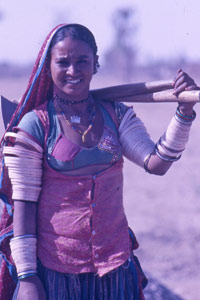 Les femmes indiennes au travail sur les routes
