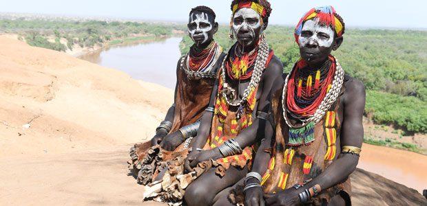 Beautés Karo devant le fleuve Omo