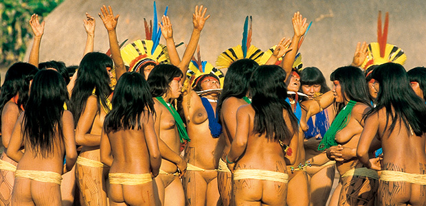 Les Indiennes Kuikuro devant la maloca