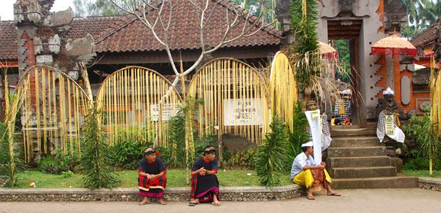 Les Hindous se rendent au temple de leur quartier quotidiennement