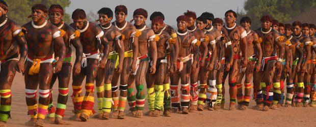 Les hommes dansent en file indienne