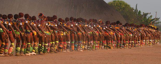 Les Indiens Yawalapiti défilent devant les kuarups.