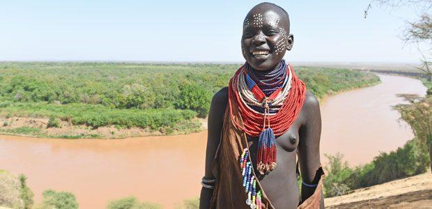 Jeune fille Karo devant le fleuve Omo
