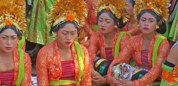 Les jeunes femmes, parées comme des princesses, attendent que la procession commence.