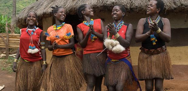 Les jeunes filles Maalé entament une danse en notre honneur