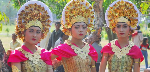 Trois jolies jeunes femmes parées pour la procession