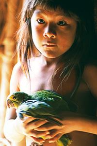 Petite fille et son perroquet