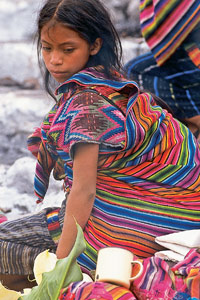 Cette fillette Maya lorgne sur sa timbale