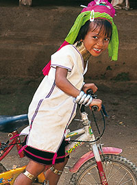 Fillette Padaung à bicyclette