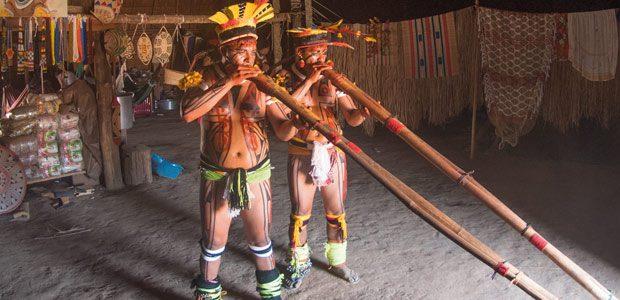 Les joueurs de flûtes chassent les fantômes qui hantent encore la maloca de Pirakuma