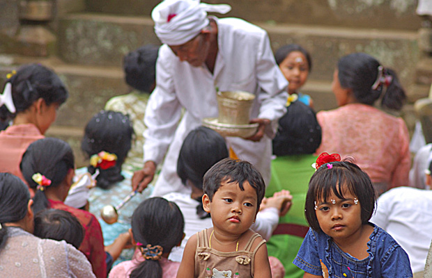 Des enfants parmi la foule des fidèles