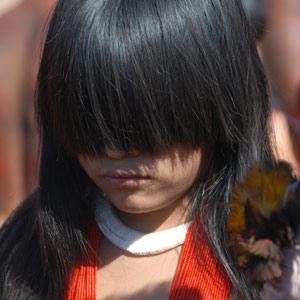 Une longue frange de cheveux recouvre le front des jeunes filles recluses