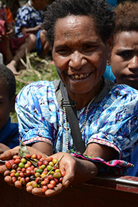 Grand'mère papoue est fière de nous montrer les dernières cerises de café