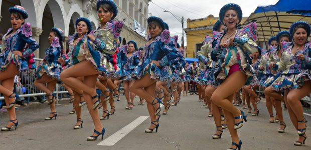 Les groupes de danseuses se succèdent