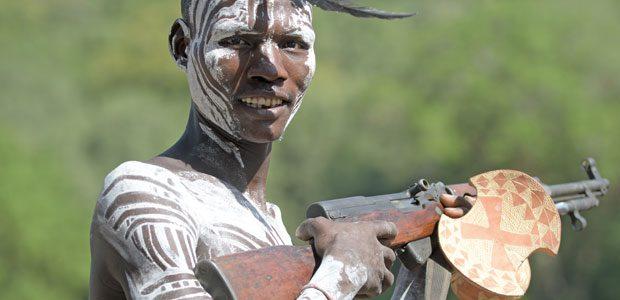 Guerrier Karo qui protège femmes et bétail avec sa kalatchnikov