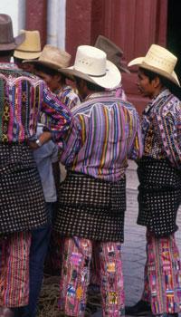 Les hommes aussi portent le huipile