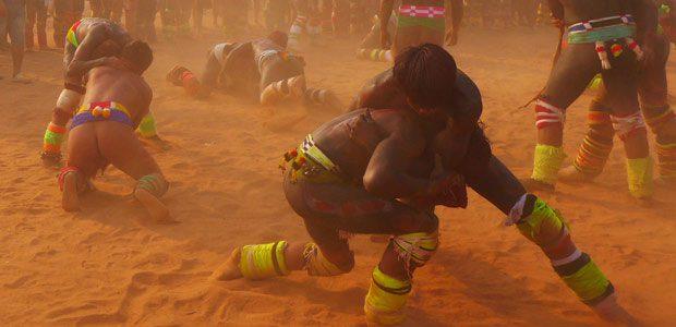 Les lutteurs dans la poussière